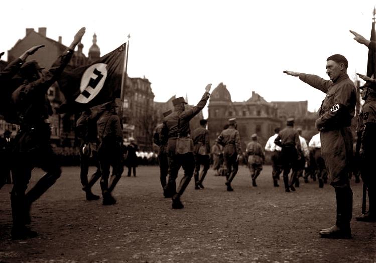 """Zu dem Verbot der S.A. der """"Privat Armee"""" Adolf Hitlers! Adolf Hitler der oberste F¸hrer der verbotenen S.A. bei der Abnahme eines Vorbeimarsches in Braunschweig."""